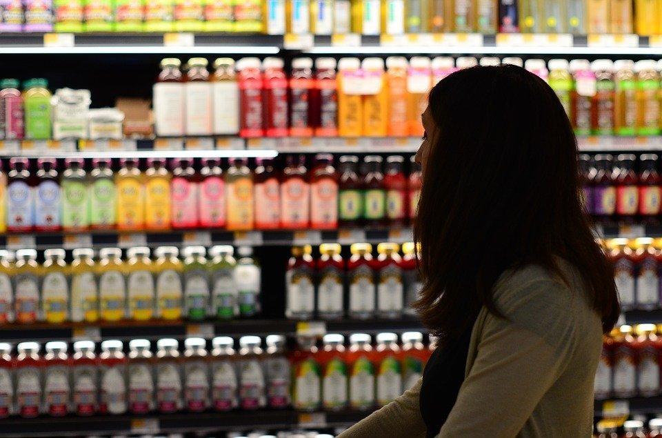 Une femme qui se promène dans un supermarché | Source : Pixabay