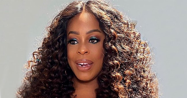 Niecy Nash Flaunts Her Stunning Physique in a Shimmering Green Dress While Wearing Glam Makeup