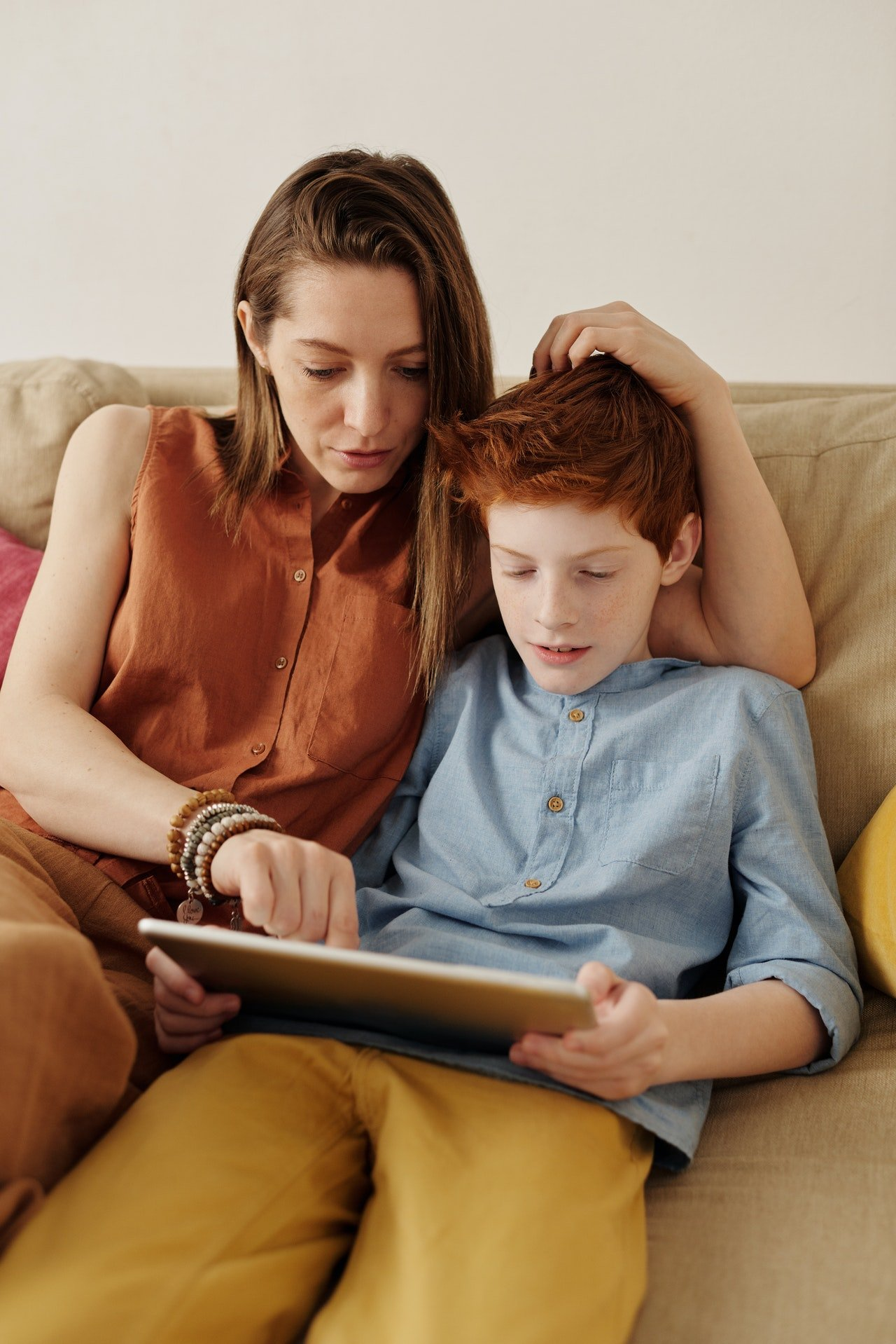 Mother teaching her son while he pays attention | Photo: Pexels