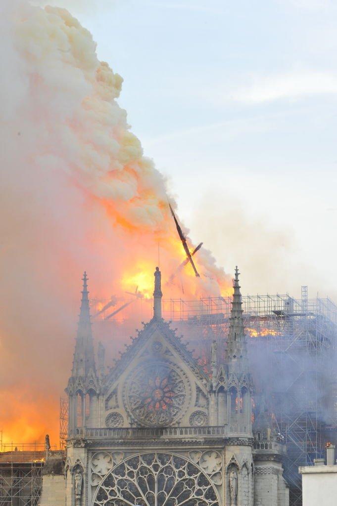 Aguja de una torre cayendo destruida por el fuego. 15 de abril de 2019.   Imagen: Getty Images.
