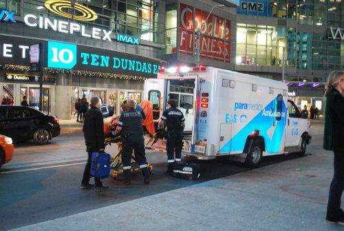 Des ambulanciers paramédicaux avec une civière et des feux clignotants | Photo : Shutterstock