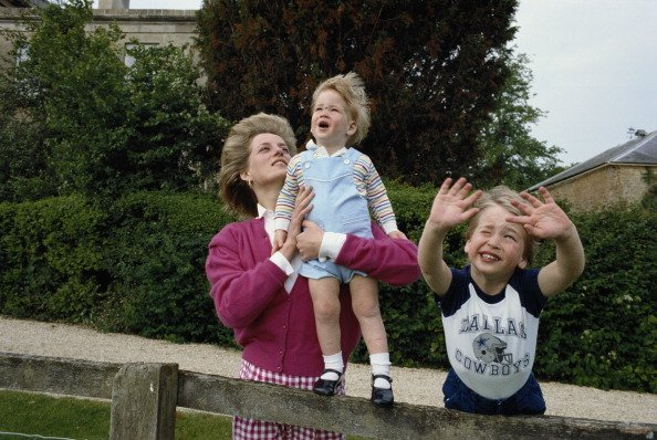 Les princes William et Harry avec leur mère, Diana, princesse de Galles dans le jardin de Highgrove House | Photo : Getty Images