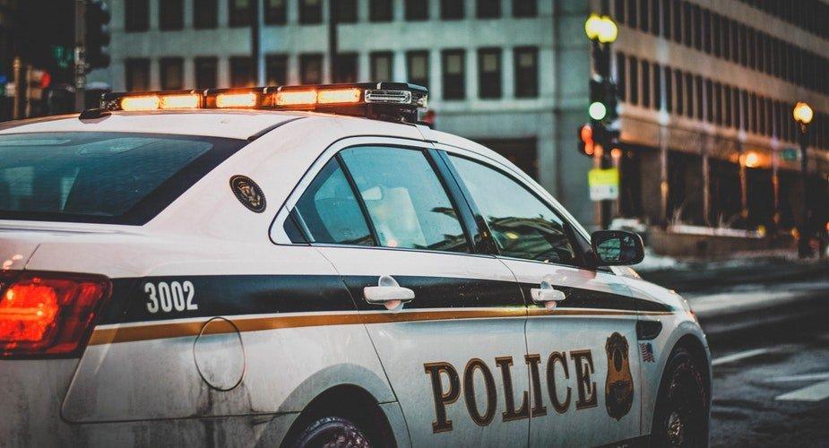 Une voiture de police qui traverse la rue | Photo / Unsplash