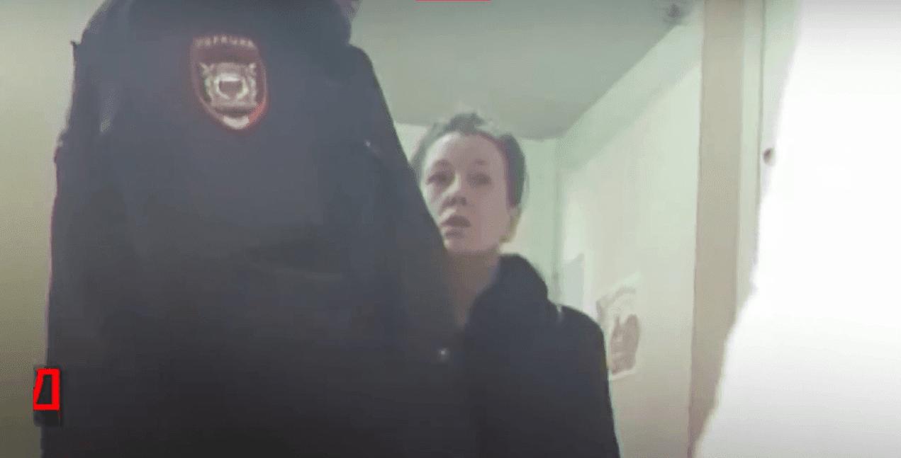 Oficial de policía y mujer. Fuente: YouTube/Life