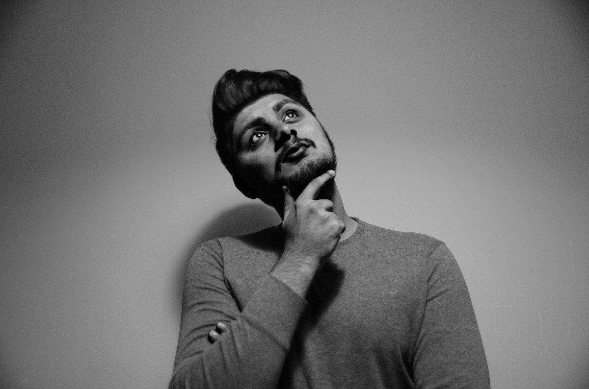 Hombre joven pensativo | Foto: PxHere