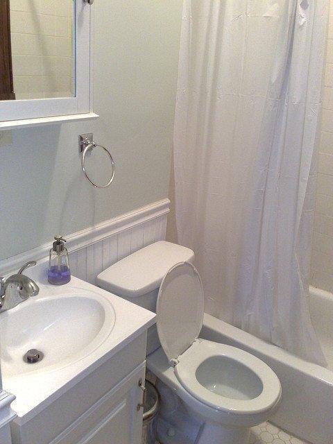 Une salle de bains immaculée. l Source: Flickr