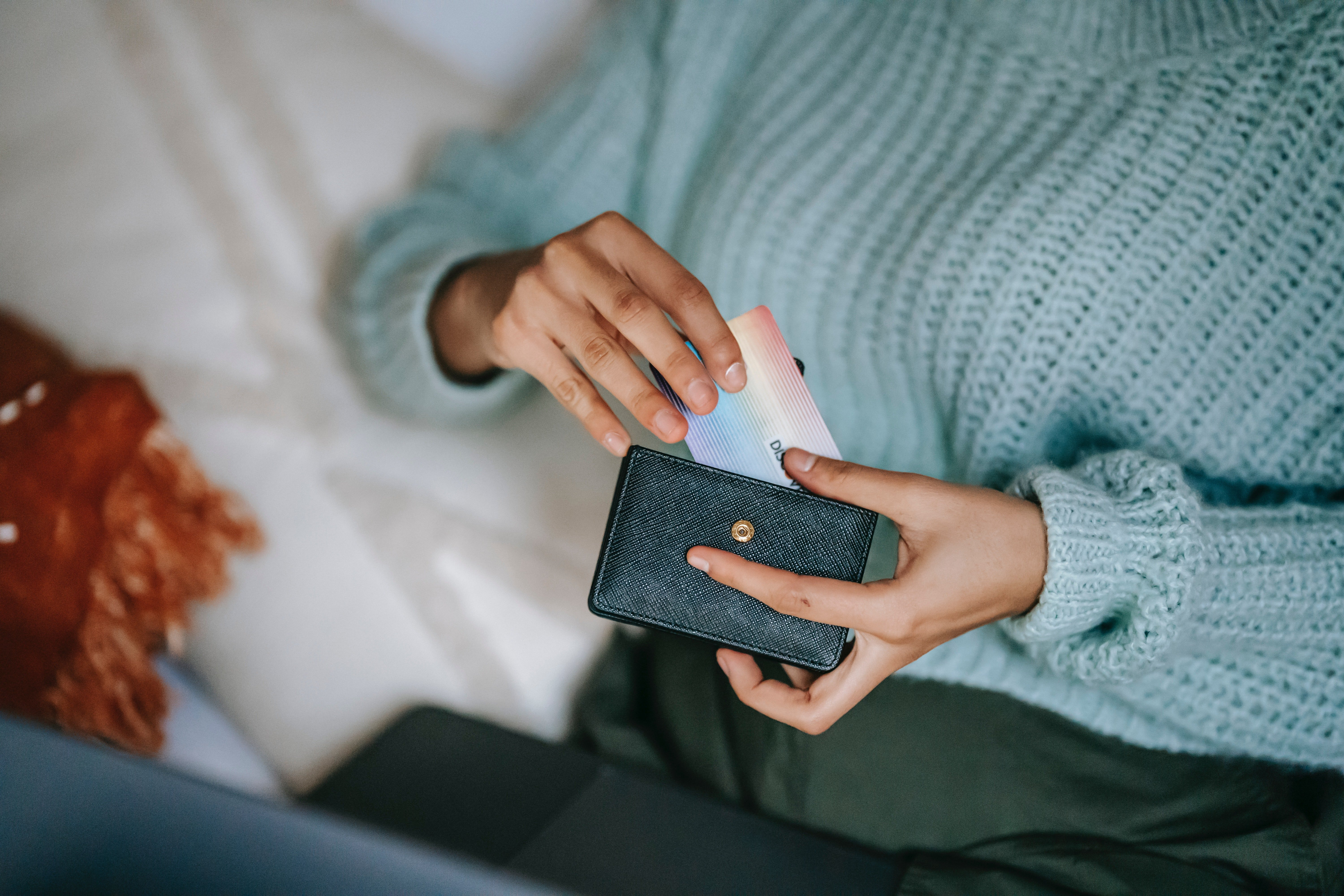 Gina misplaced her wallet and asked Amanda for money   Photo: Pexels
