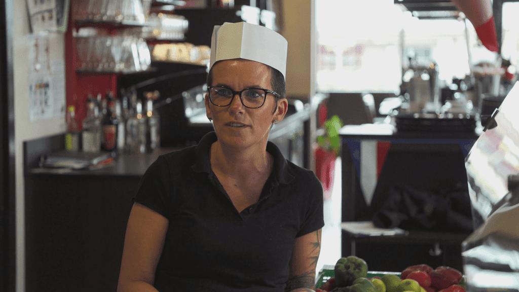 Stéphanie, travaille aujourd'hui comme serveuse dans une pizzeria.