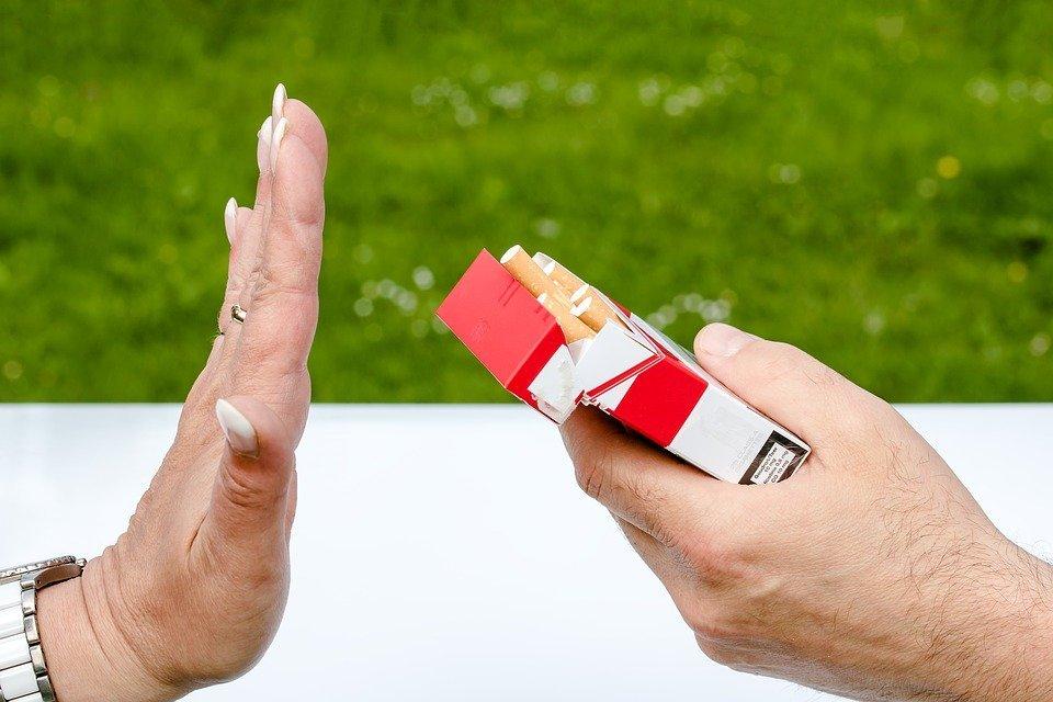 Persona rechazando cigarrillos / Imagen tomada de: Pixabay
