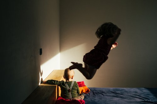 Kinder springen auf Bett | Quelle: Shutterstock