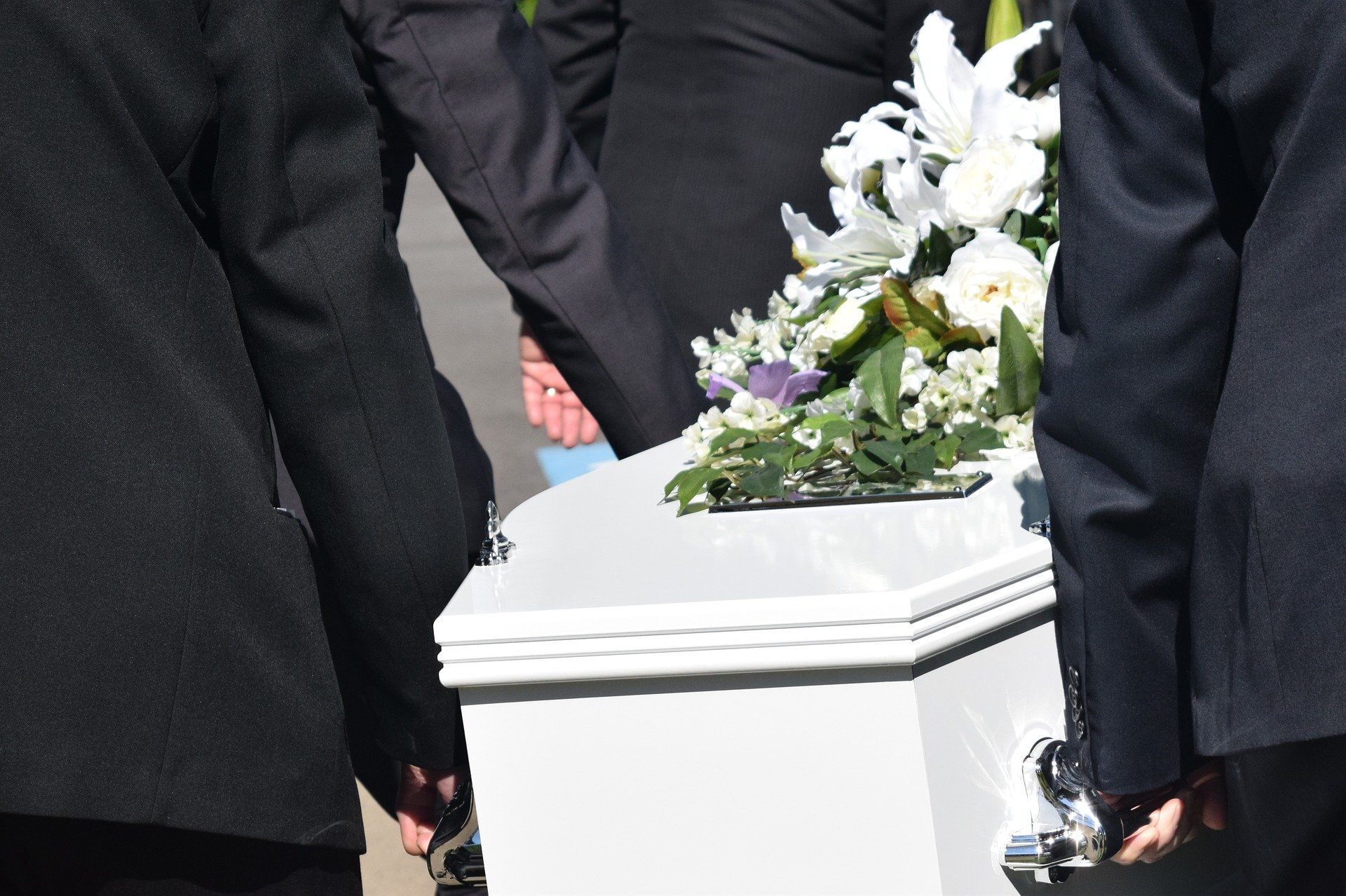 Pallbearers carrying a casket at a funeral. | Source: carolynabooth/Pixabay