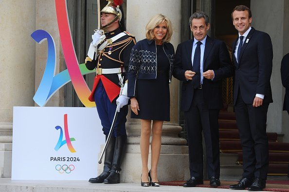 Emmanuel Macron accompagné de sa femme et Nicolas Sarkozy | Photo : Getty Image