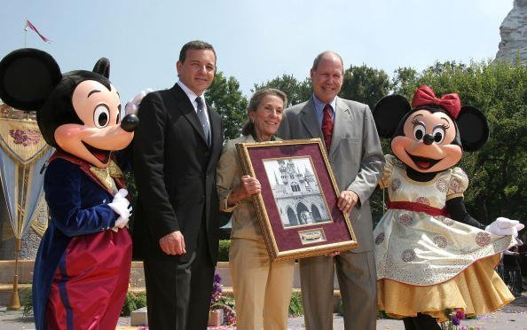 Mickey Mouse, Robert Iger, Diane Disney Miller, Michael Eisner, and Minnie Mouse at Disneyland on July 17, 2005 in Anaheim, California. | Photo: Getty Images