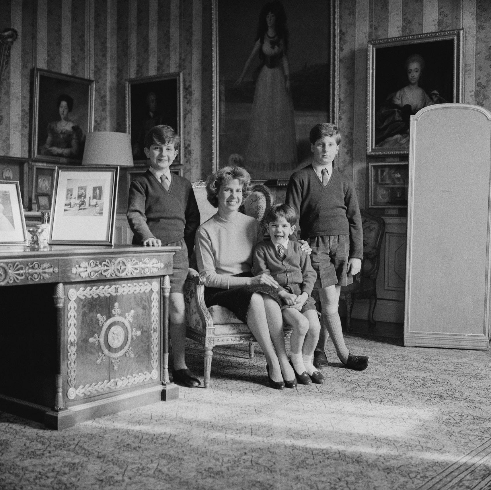 La Duquesa de Alba y sus hijos, Jacobo Fitz-James Stuart, Alfonso Martínez de irujo y Carlos Fitz-James Stuart. || Fuente: Getty Images