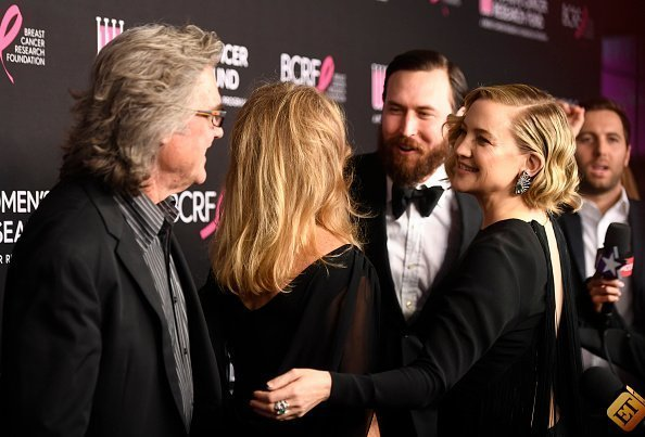Kurt Russell, Goldie Hawn, Danny Fujikawa und Kate Hudson | Quelle: Getty Images