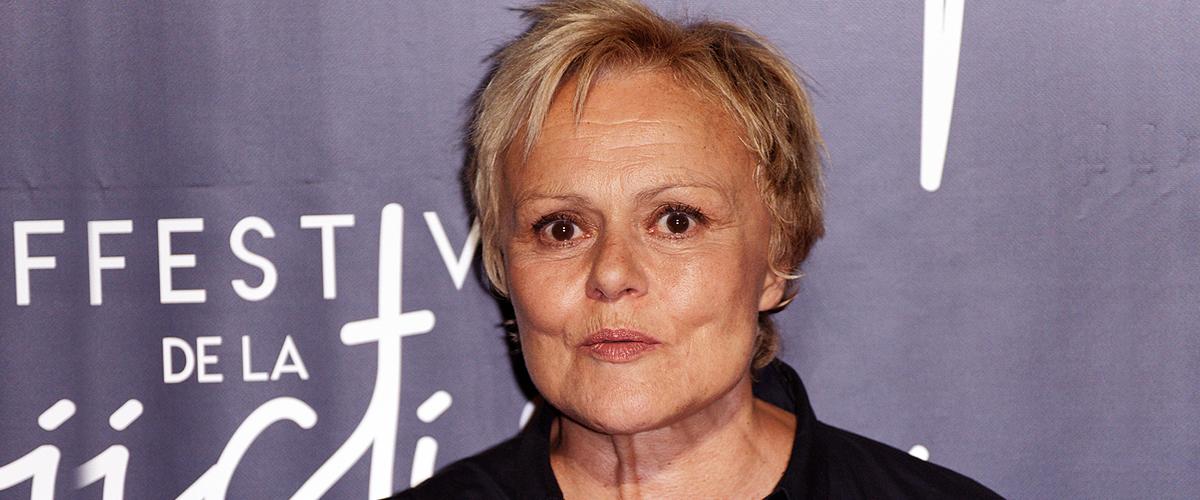 Muriel Robin a 64 ans : lesbienne, elle est tombée amoureuse de son demi-frère