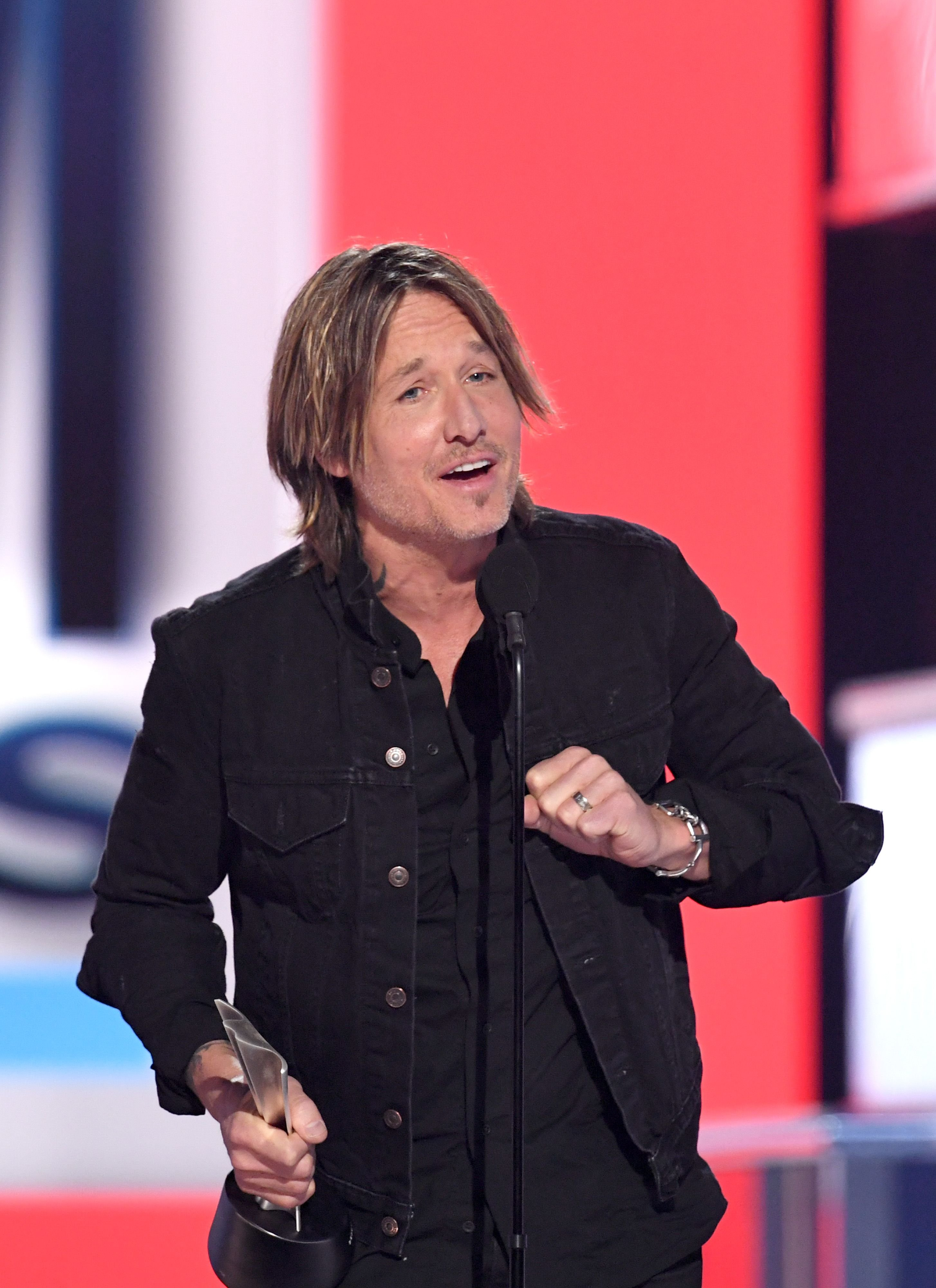 """Keith Urban accepting the """"Entertainer of the Year"""" award at the 54th Academy Of Country Music Awards in Las Vegas on April 7, 2019 