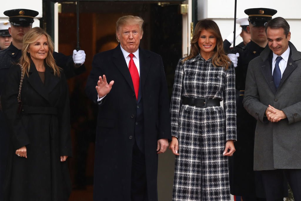 President Donald Trump and first lady Melania Trump welcome Prime Minister of Greece Kyriakos Mitsotakis and his wife Mareva Grabowski-Mitsotakis at the South Portico of the White House. | Photo: Getty Images