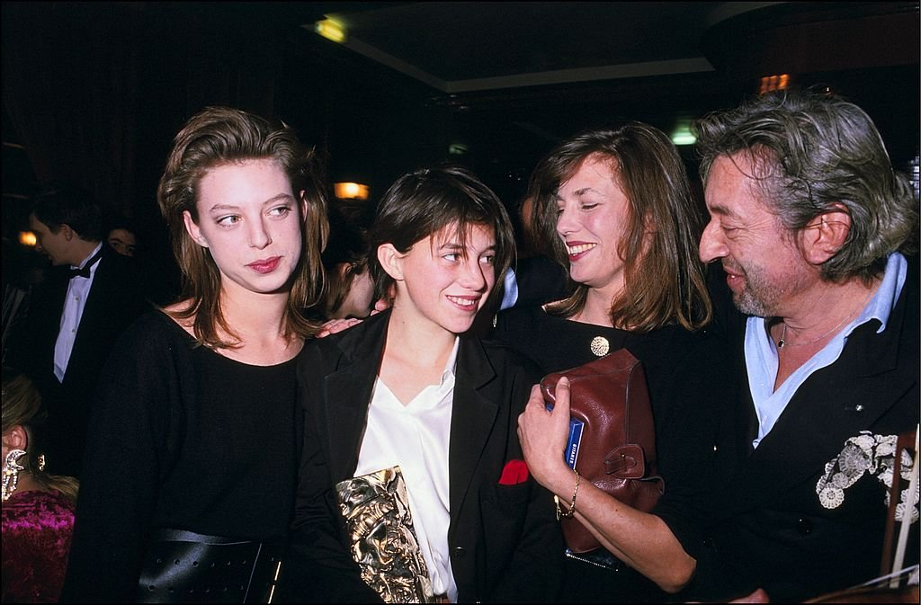 "Kate Barry, Charlotte Gainsbourg et ses parents Jane Birkin et Serge Gainsbourg lors de la 11ème cérémonie de remise des prix ""Cesar"" le 27 février 1986 à Paris, France. 