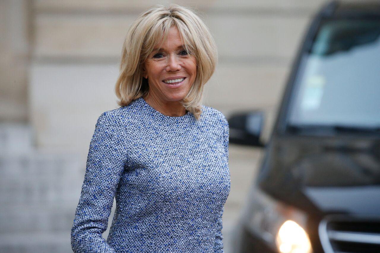 Brigitte Macron souriant devant l'Elysee | GettyImages