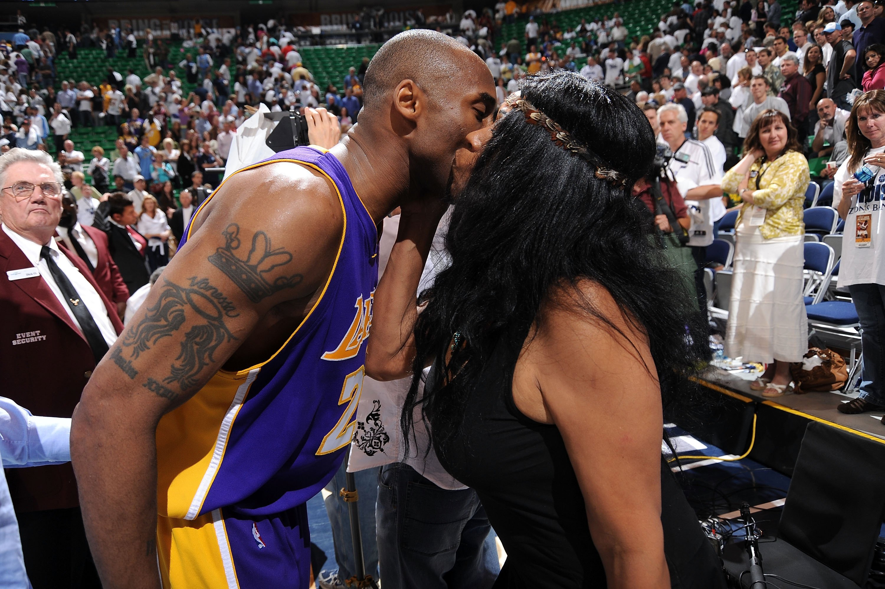 Kobe Bryant #24 of the Los Angeles Lakers kisses his mom Pam Bryant after their win against the Utah Jazz on May 8, 2010 in Utah | Photo: Getty Images