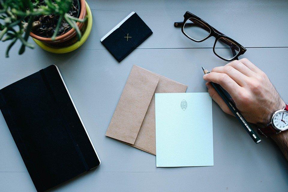 Man openimg a letter l Source> Pixabay