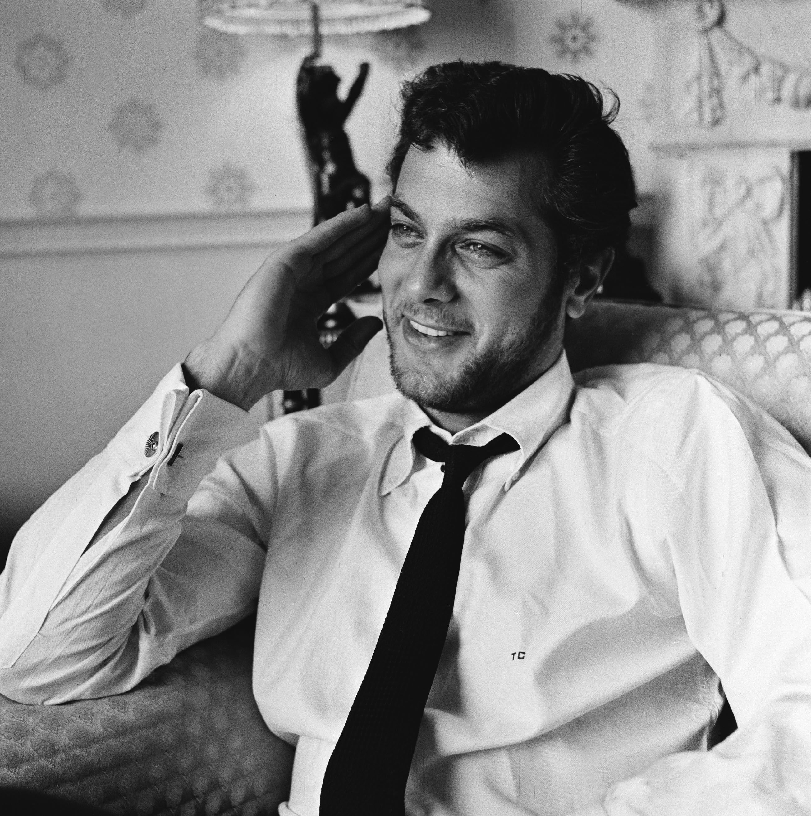 Tony Curtis  at the Dorchester Hotel, in London, in 1957 | Source: Getty Images