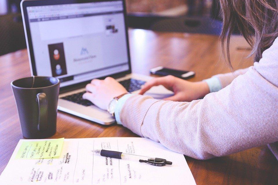 Mujer trabajando.| Imagen tomada de: Pixabay
