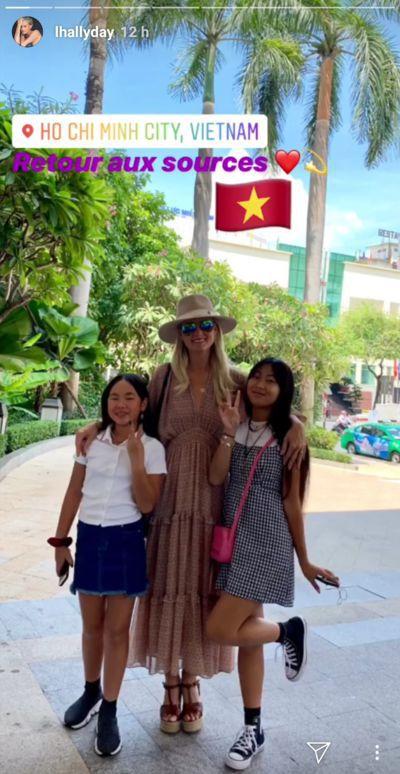 Jade et Joy Hallyday tout sourire en compagnie de leur mère Laeticia à Ho Chi Minh, Vietnam | Instagram story/lhallyday