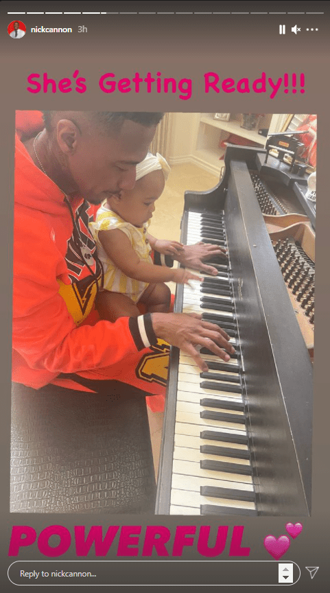 Nick Cannon teaches his toddler daughter Powerful Queen how to play the piano. | Photo: Instagram/@nickcannon