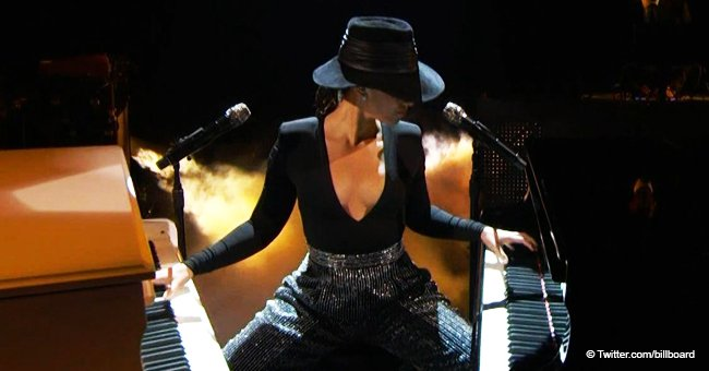 Alicia Keys stuns people, playing 2 pianos at once