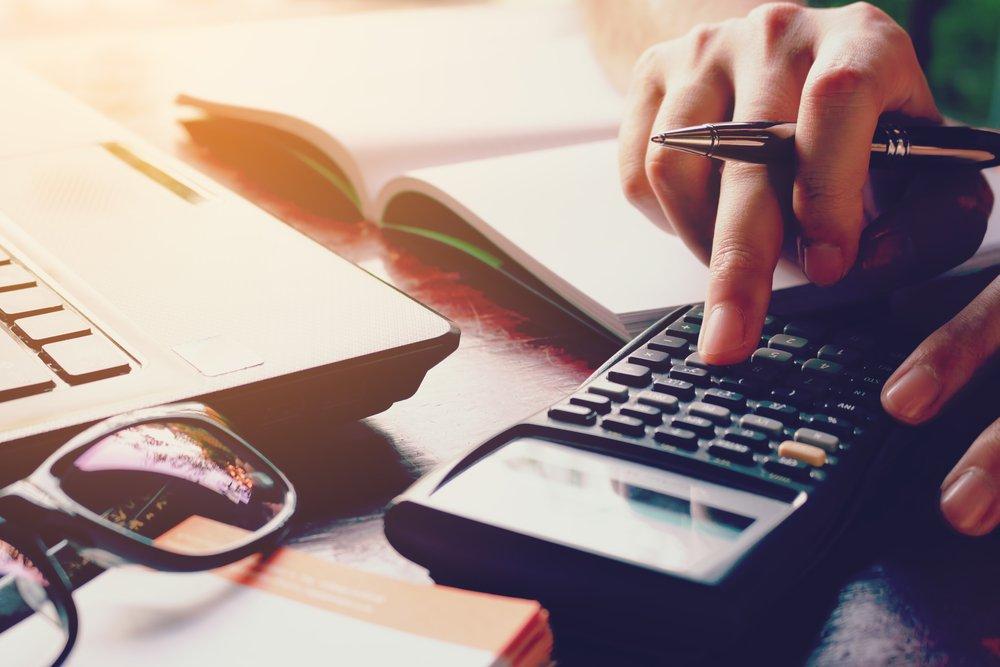 Tisch mit Büromaterial | Quelle: Shutterstock