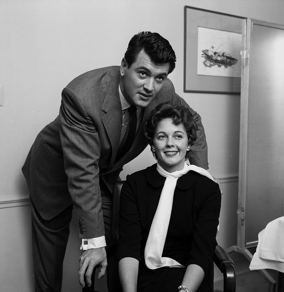 Rock Hudson and Phyllis Gates pose at home on 01 January, 1955 in Los Angeles, California | Photo: Getty Images