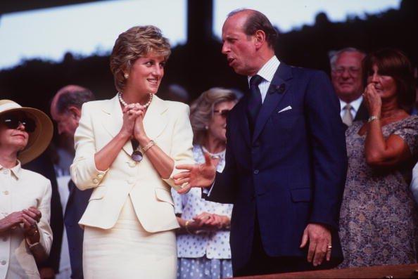 La princesse Diana s'entretient avec le prince de Kent à Wimbledon le 9 juillet 1995. | Source : Getty Images
