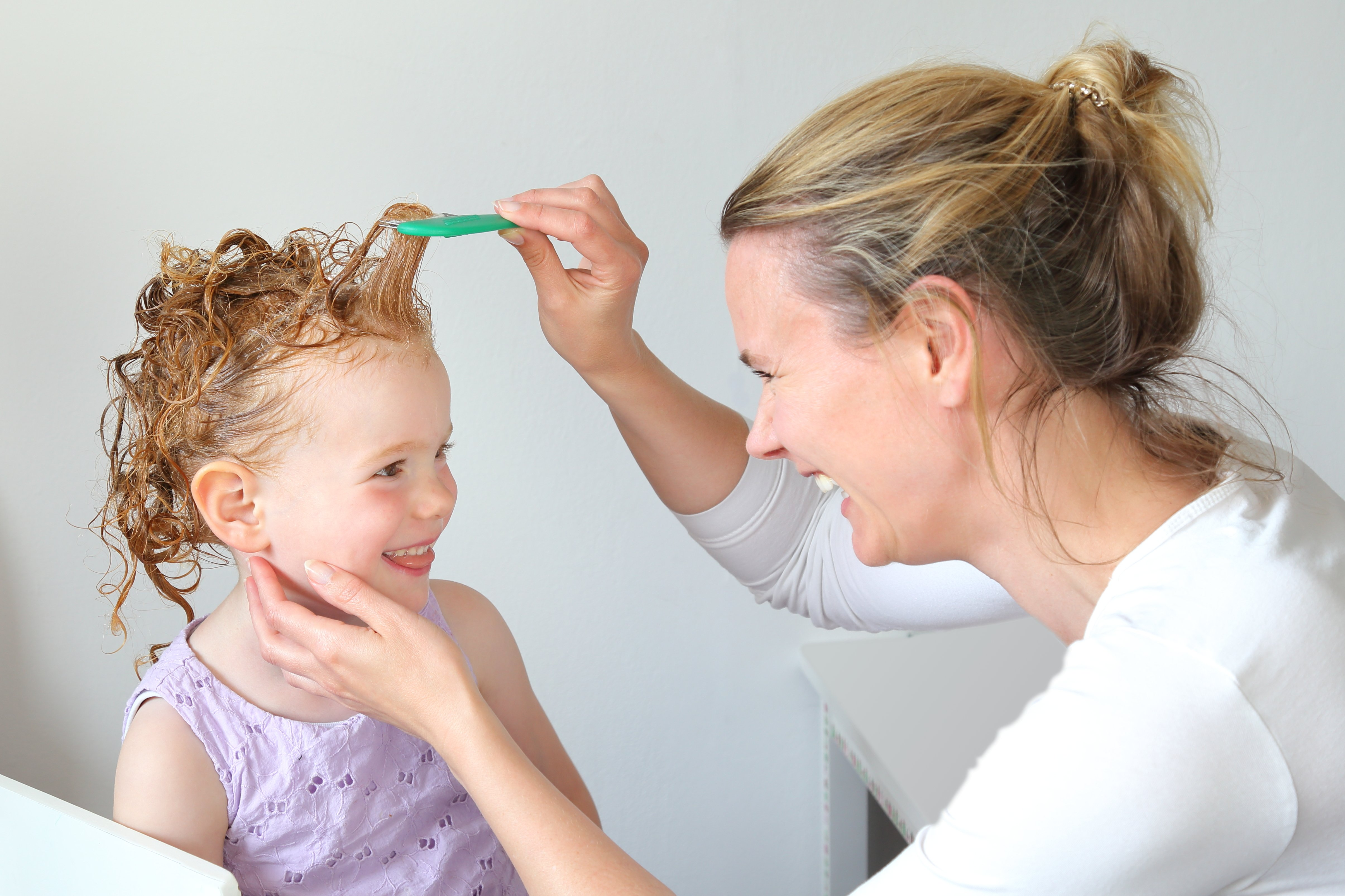 Washing out Head lice in the hair of a child | Photo: Shuttershock