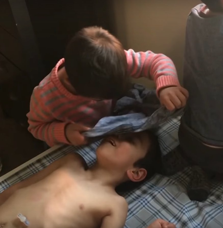 Simon helping one of his brothers to get dressed l Source: Youtube/Carters Clips