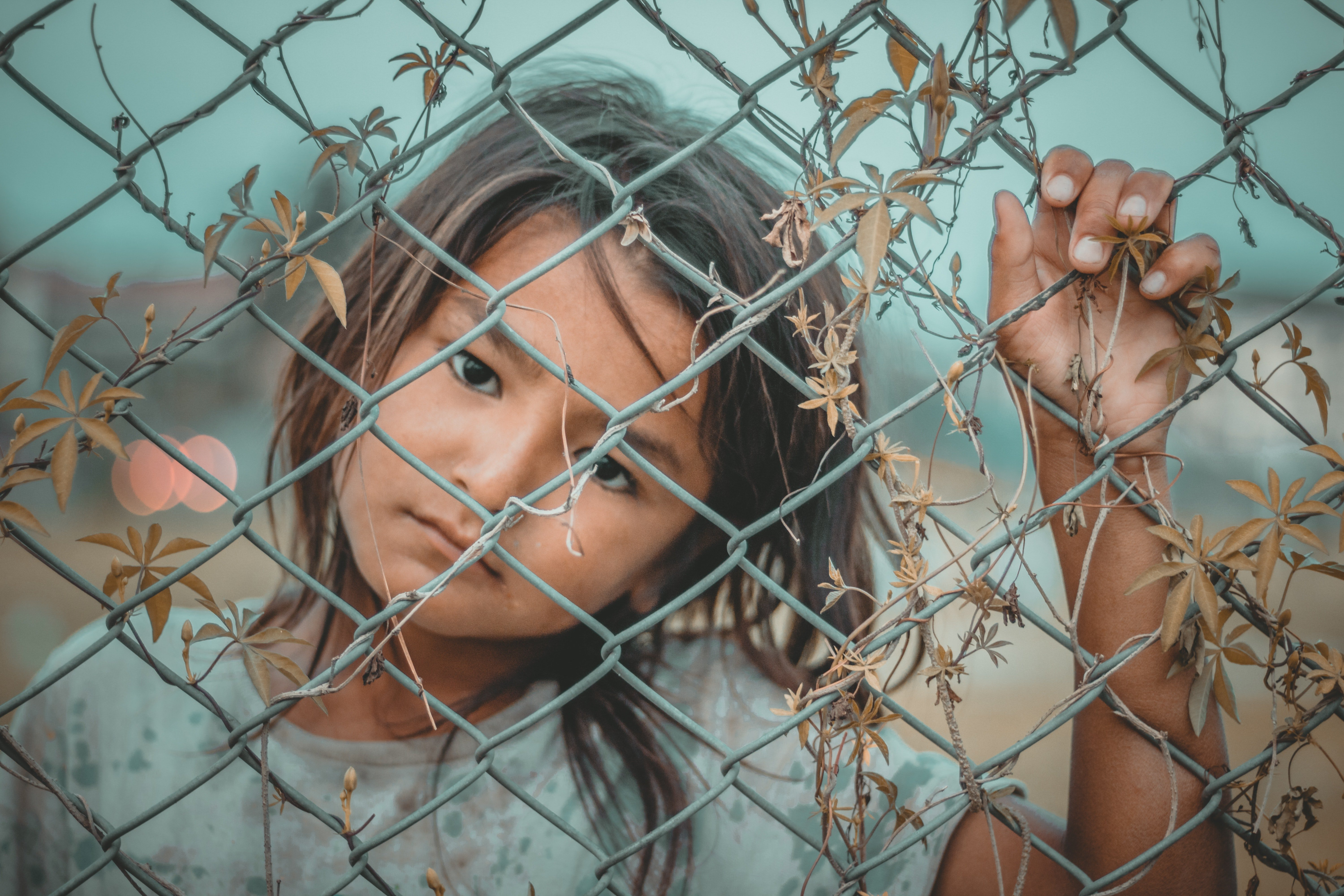 Homeless girl by a fence | Photo: Pexels