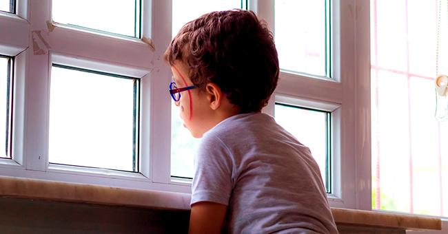 La réaction du père d'un garçon de 4 ans, enfermé dans la classe lors du déjeuner