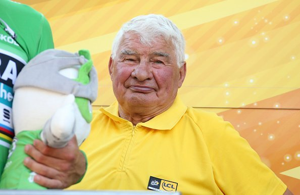 Raymond Poulidor lors de la cérémonie de podium suivant l'étape 16 du Tour de France 2018 à Bagneres de Luchon, France. | Photo : Getty Images