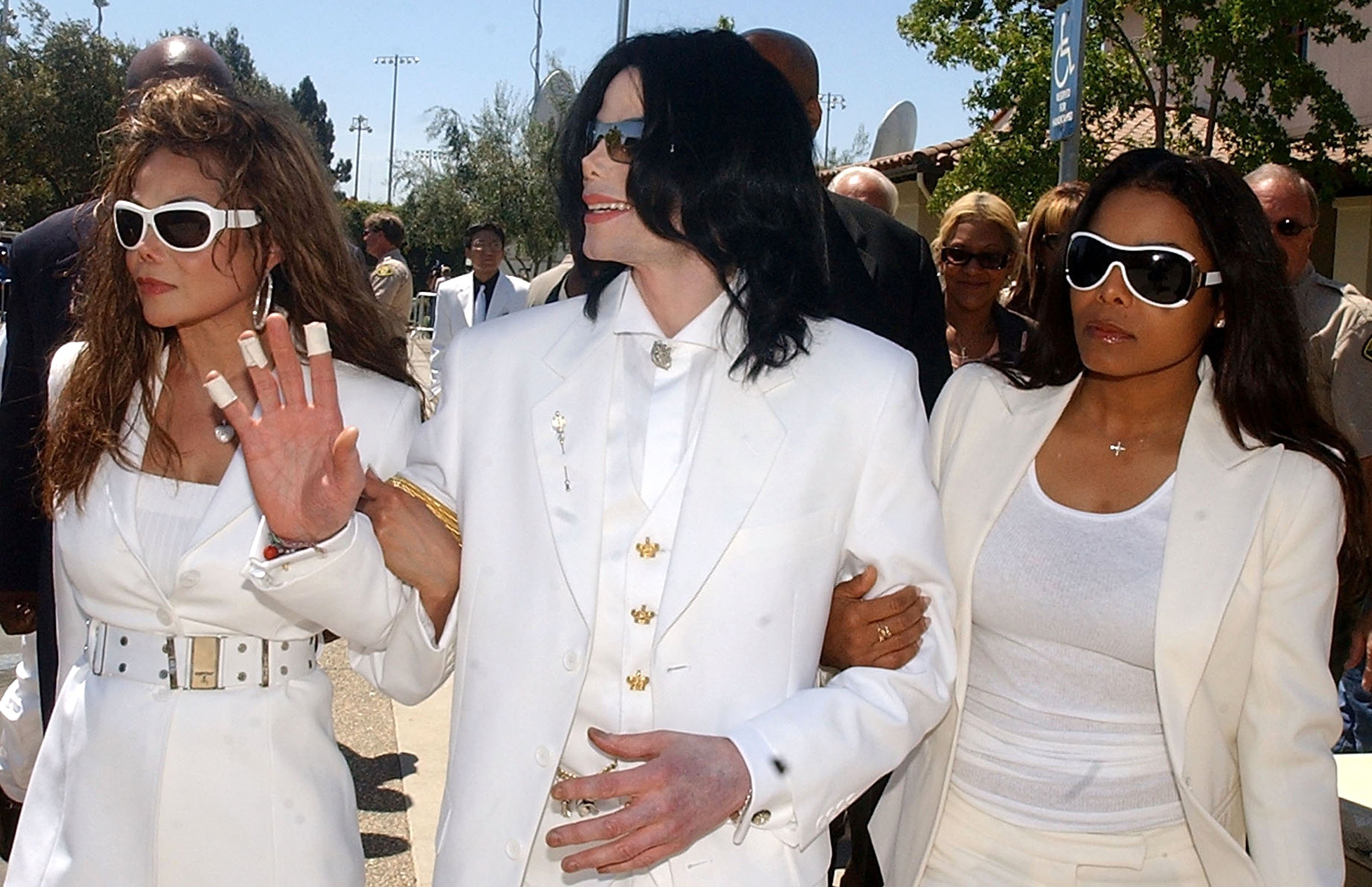 Michael Jackson with sisters LaToya Jackson and Janet Jackson at the Santa Maria courthouse on August 16, 2004 in Santa Maria, California. | Source: Getty Images