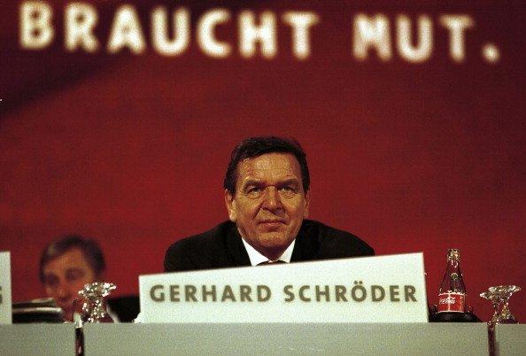 El canciller federal Gerhard Schröder durante la conferencia del partido SPD en Berlín. | Fuente: Getty Imaes