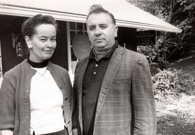 Ed and Lorraine Warren in front of their Connecticut home | Photo. Warrens