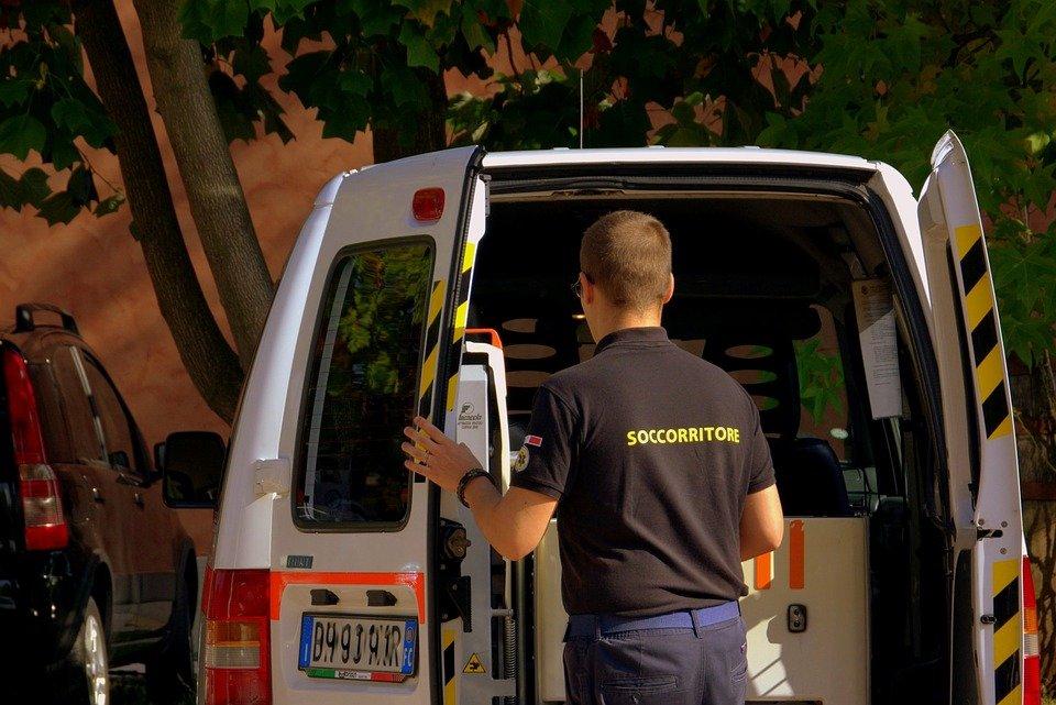 Un ambulancier qui ouvre la portière d'une voiture | Photo : Pixabay