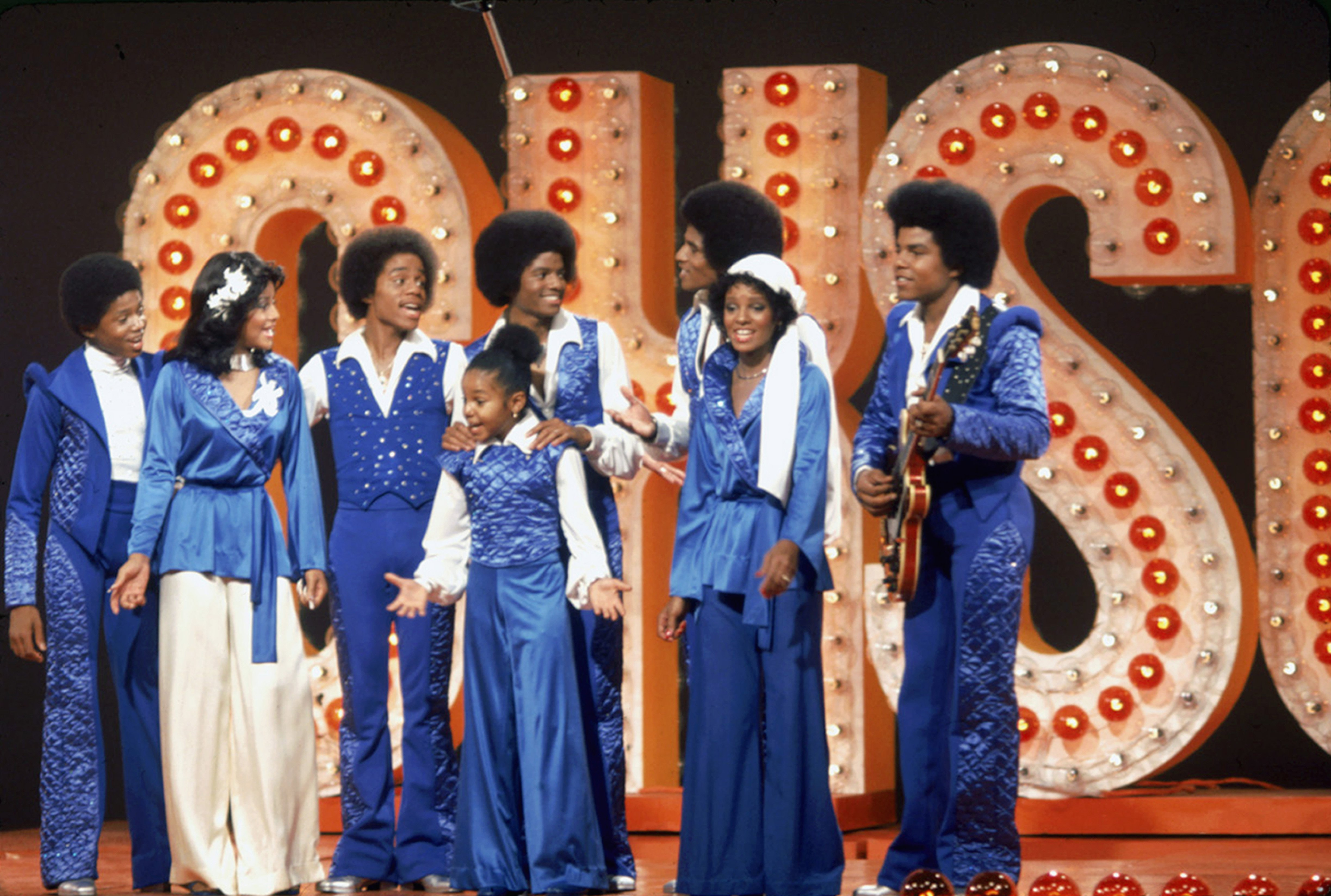 The Jackson family film a tv show at Burbank Studios, California, 13th November 1976. From left to right, Randy, La Toya, Marlon, Janet, Michael (1958 - 2009), Jackie, Rebbie and Tito | Photo: Getty Images