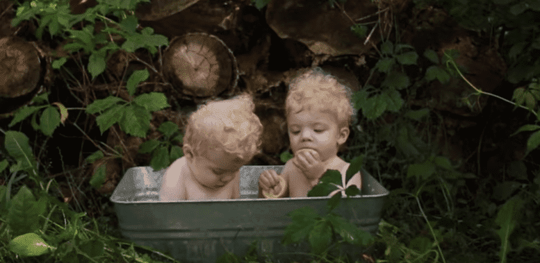 Parents of albino twins relocate to protect them from the sun | Photo: YouTube/SWNS TV