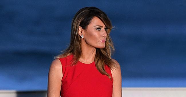 Melania Trump, icône de la mode en robe rouge sans manches assortie à des talons aiguille