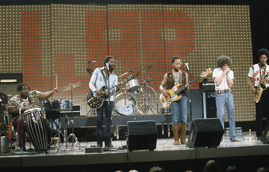 Morris 'BB' Dickerson with the War during a 1980 midnight special performance on NBC. | Photo: Getty Images