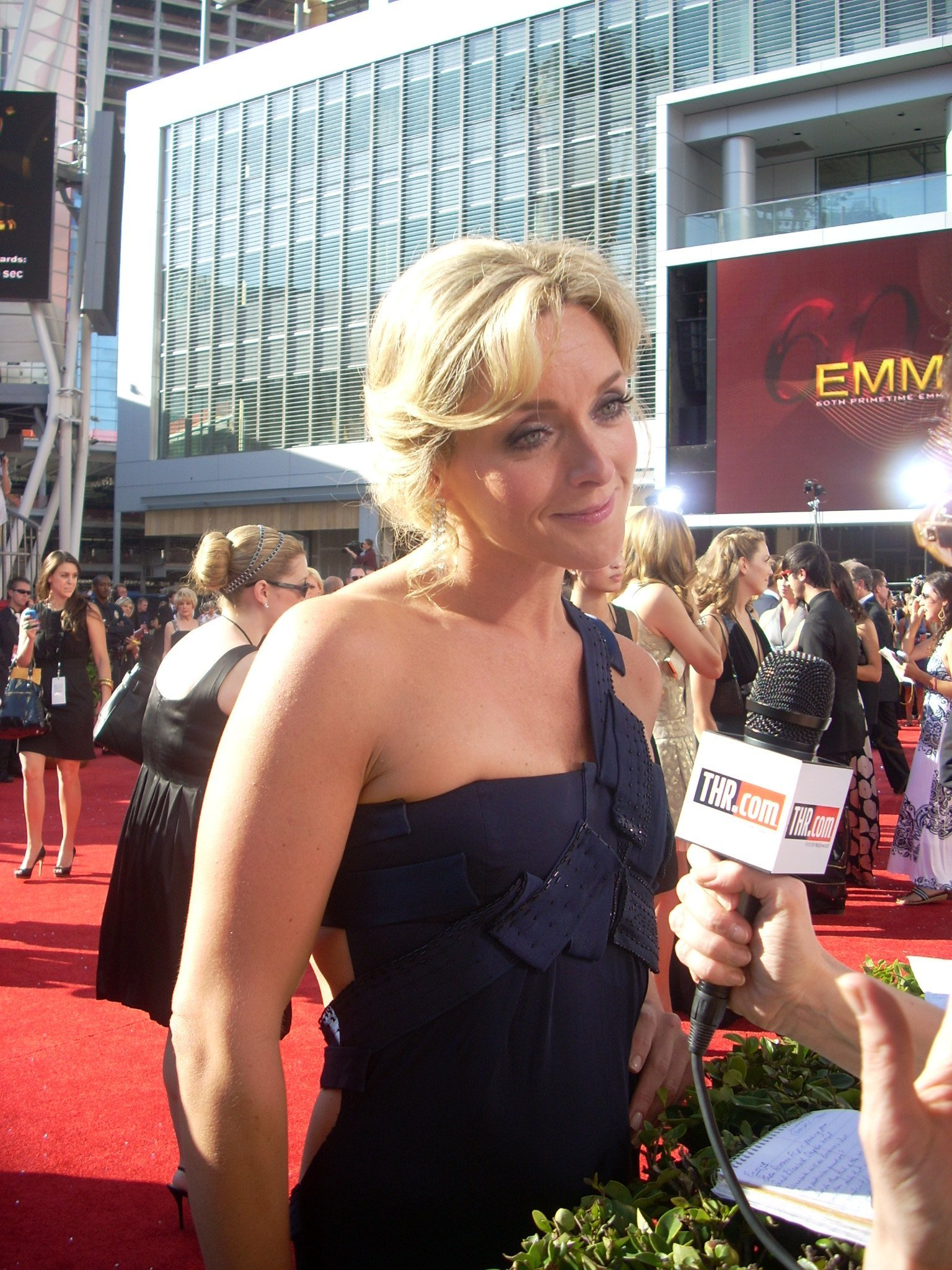 Jane Krakowski on the red carpet of the 60th Annual Emmy Awards in Los Angeles, California on September 21, 2008 | Photo: By watchwithkristin - Jane Krakowski, CC BY-SA 2.0 Wikimedia Commons