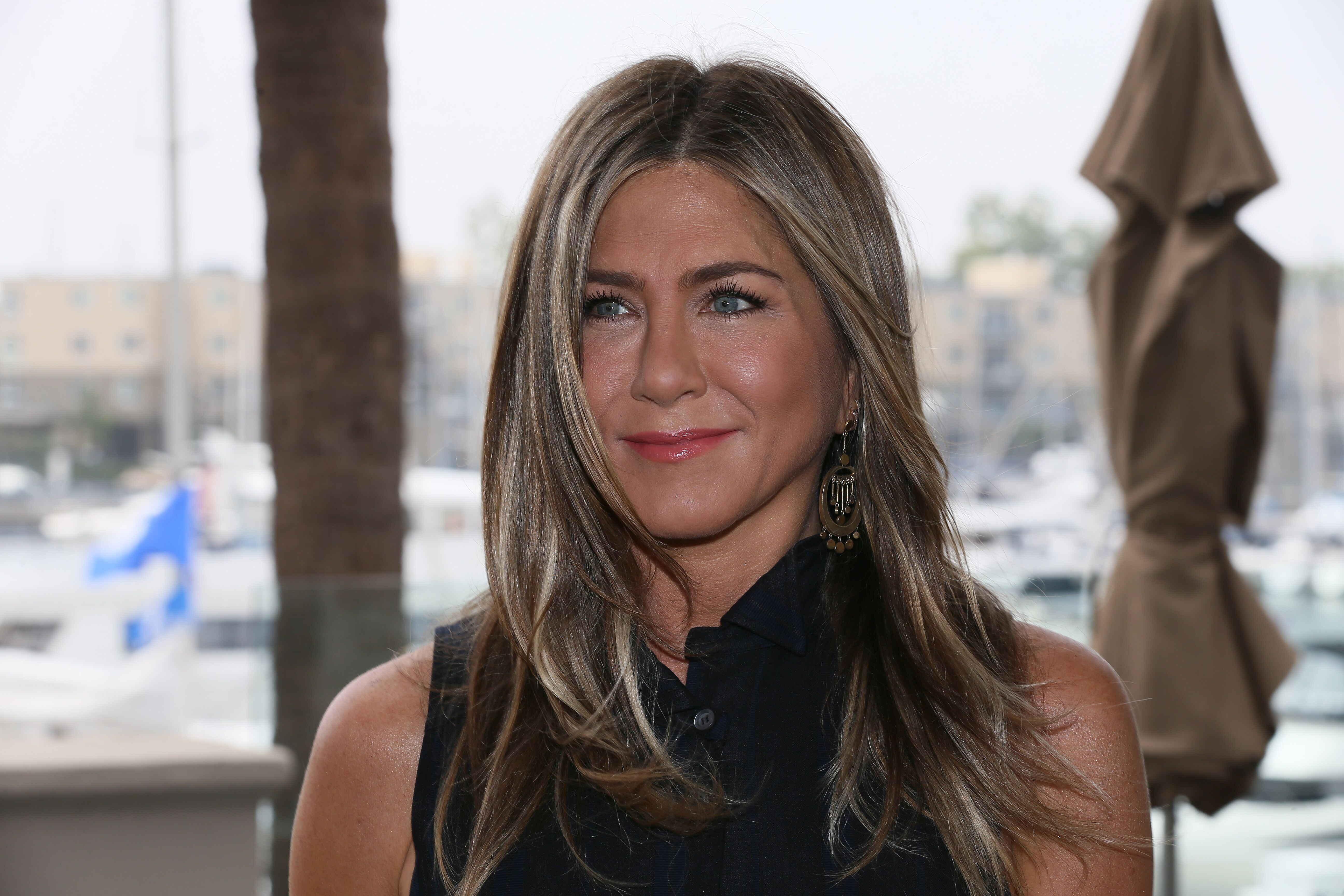 "ennifer Aniston attends a photocall of Netflix's ""Murder Mystery"" at the Ritz Carlton Marina Del Rey. 