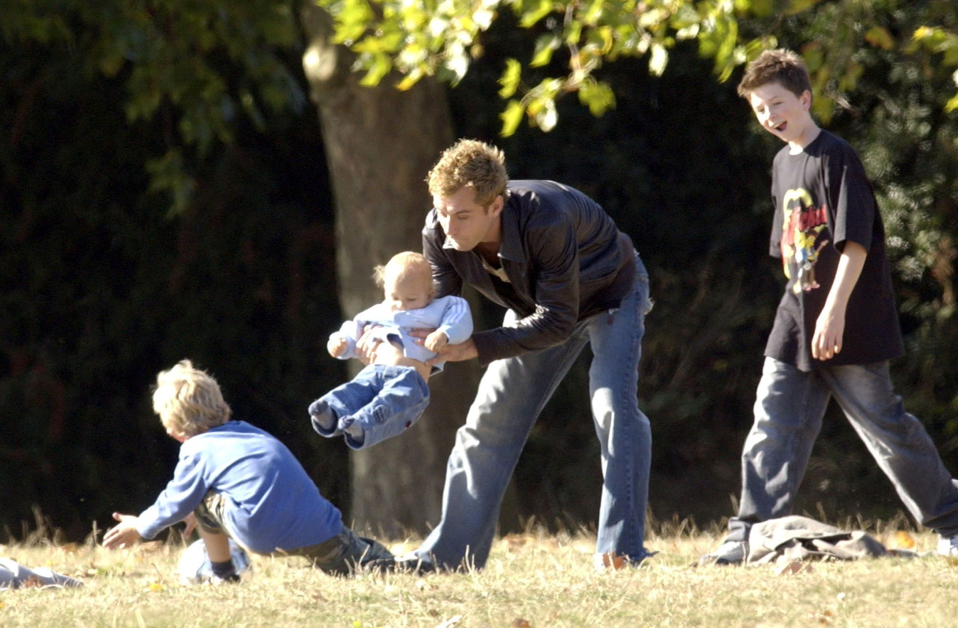 Jude Law And Children In A London Park on October 06, 2003 | Photo: Getty Images